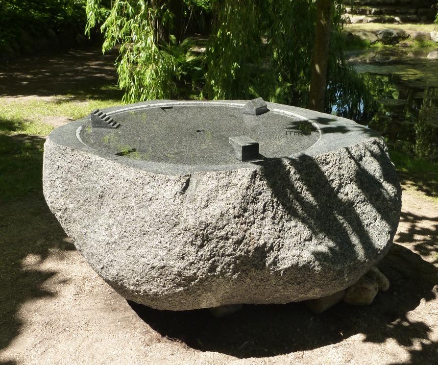 Das Mondlicht spielt in zwei Welten, granite, water erratic block, 1,2 x 1,2 x 1 m, 2011