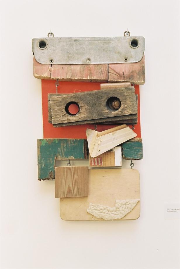 Hemdkragen, relief, wood / textile, 2001, 53 x 52 cm, 340 €