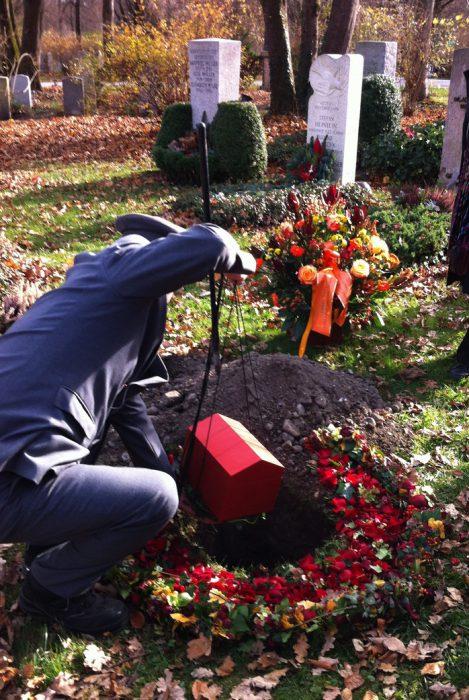 Urnenbestattung Lydia Gastroph, Inhaberin des Labels zur Förderung der Sterbe- und Lebenskultur w e i s s über den tod hinaus