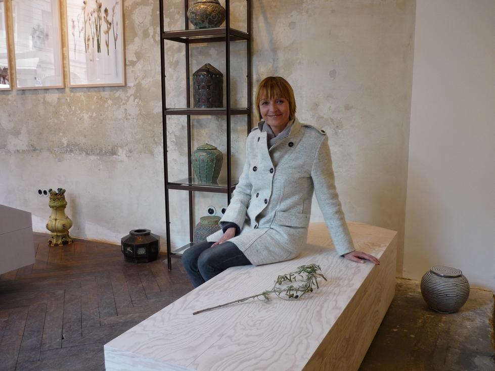 Ruth im Sargladen Lydia Gastroph, Inhaberin des Labels zur Förderung der Sterbe- und Lebenskultur w e i s s über den tod hinaus