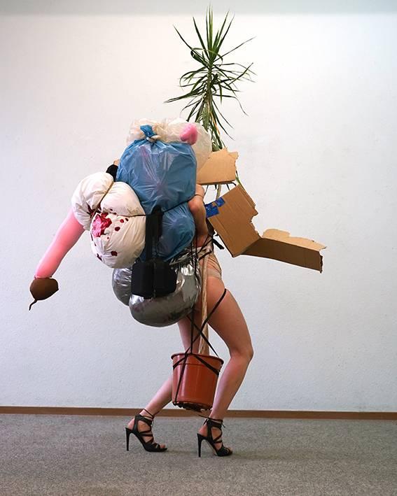 Highheels Skulptur Justyna Koeke Performances Gentrifizierung, Feminismus, Alter, Kirche