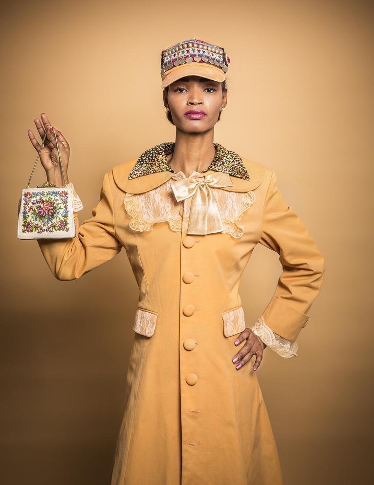 Vintage Mantel aus den 60ern, Preis: 120 €, Kleid ebenso, Preis: 80 €, Tasche aus den 20ern, verkauft, Holy Cover handgemachtes Designer-Cap von Visionary Eyecatcha, Preis: 169 € Model: Miel