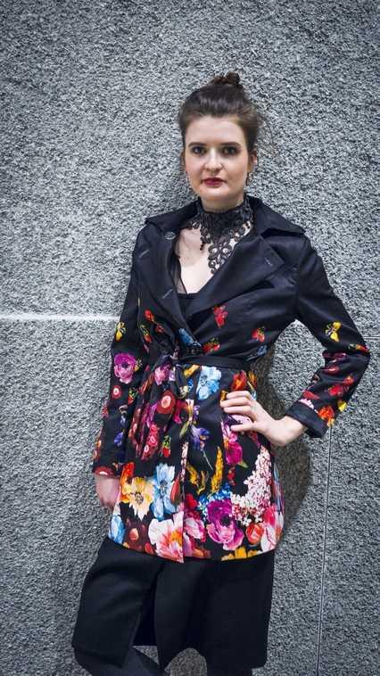 Friederike trägt einen D&G Mantel und eine exklusive Schmuckkette von KEX Spitzenkultur