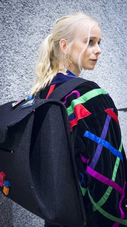 Solrun mit Jacke von Escada, Rucksack von Ava Boemeke und Magnetbroschen von Tom Stöckl