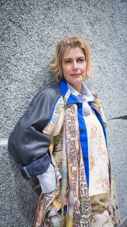 """Gabi trägt die Künstlerjacke """"United-Knalleffekte"""" von Visionary Eyecatcha und ein Kleid von Jun'ya Watanabe (Comme des Garçons)"""