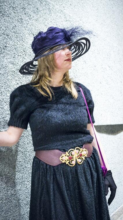 Kerstin im Wunderkind-Kleid (schon verkauft!), Haute-Couture Hut von Heike Thamm, 80-er Vintage-Designer-Gürtel. Vintage Tasche aus Paris