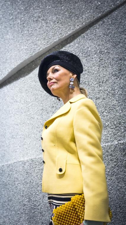 Angela präsentiert einen Vintage Blazer aus den 60ern, kombiniert mit einem Moschino Kleid, Haute Couture Hut von Heike Thamm, 60er Jahre Vintage Clutch (verkauft!)
