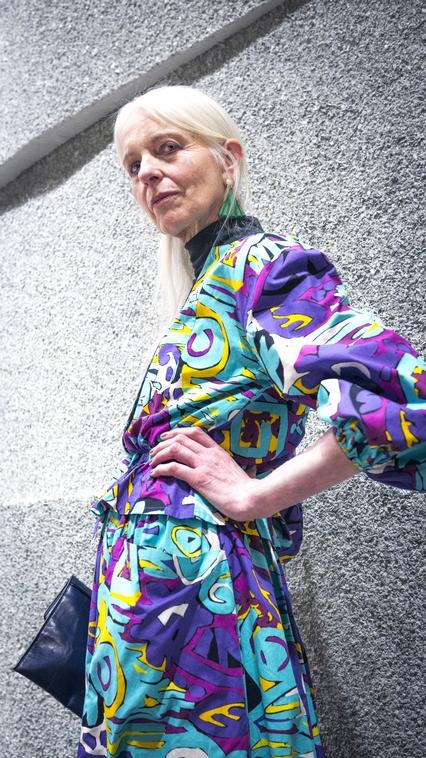 Anna im Guy Laroche Kostüm aus den 80ern, Ledertasche von Heike Thamm