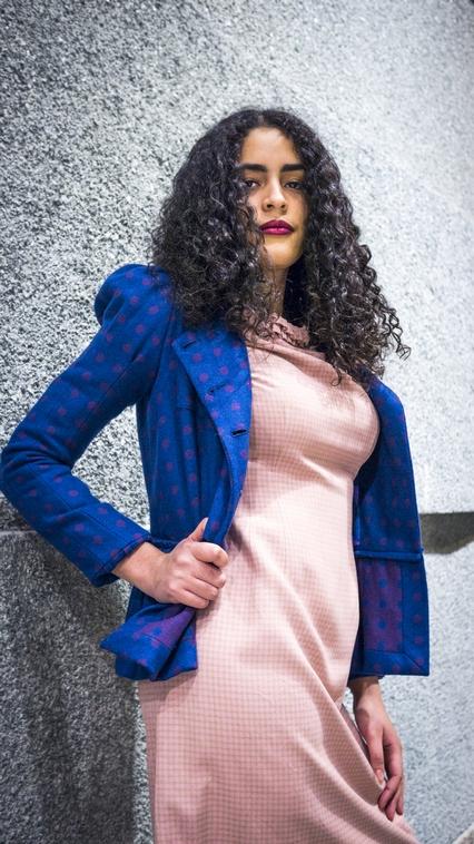 Aranay trägt ein Bonbonkleid aus den 60ern, Blazer von Sonia Rykiel
