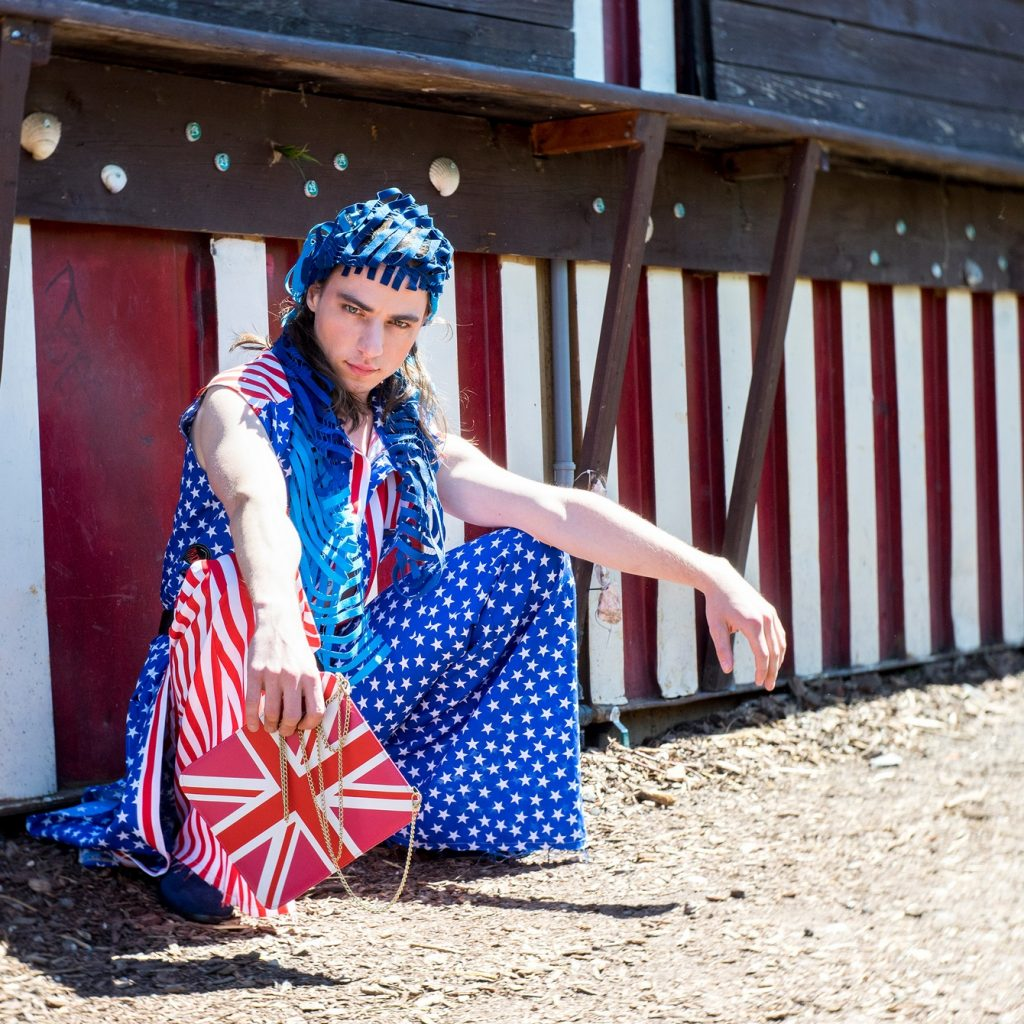 Holzmarkt 25 Antonio Castello Fotoshooting Paulina's Friends, Brexit meets Trump, Outfit inkl. Tasche von Djofra, Schal von Ulrike Isensee
