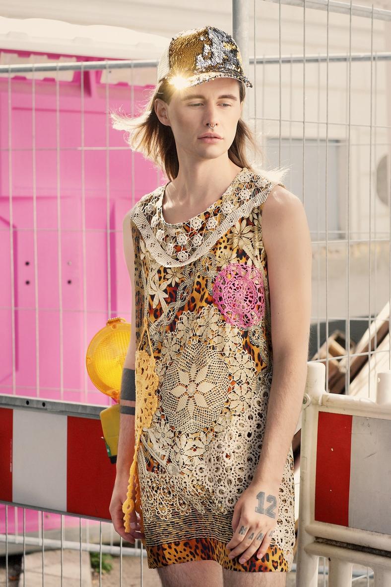 goldenes Cap seidenes Kleid Versace Rosa