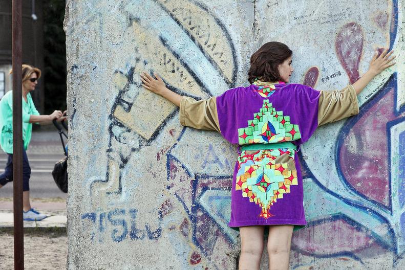 Paulina Tsvetanova vor der Berliner Mauer Bernauer Straße