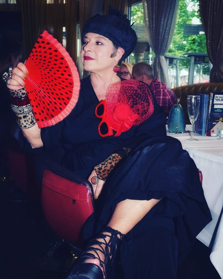 Stella Ahangi Club der glamourösen Exzentriker